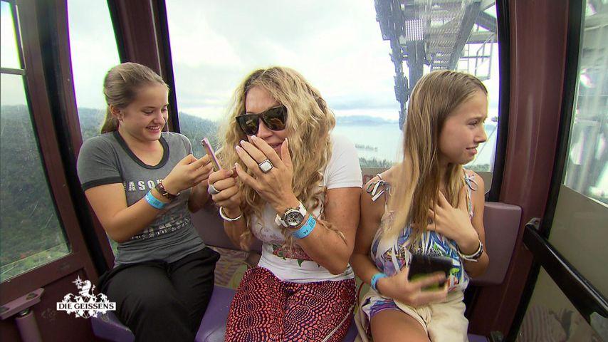 Davina, Carmen und Shania Geiss in einer Gondel auf Langkawi