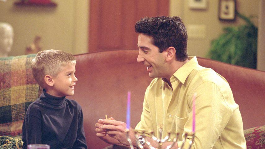 """Cole Sprouse und David Schwimmer in der Serie """"Friends"""""""