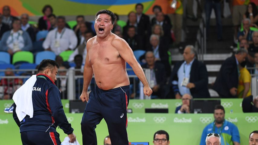 Der Trainer von Mandakhnaran Ganzorig protestiert nach der Entscheidung der Kampfrichter