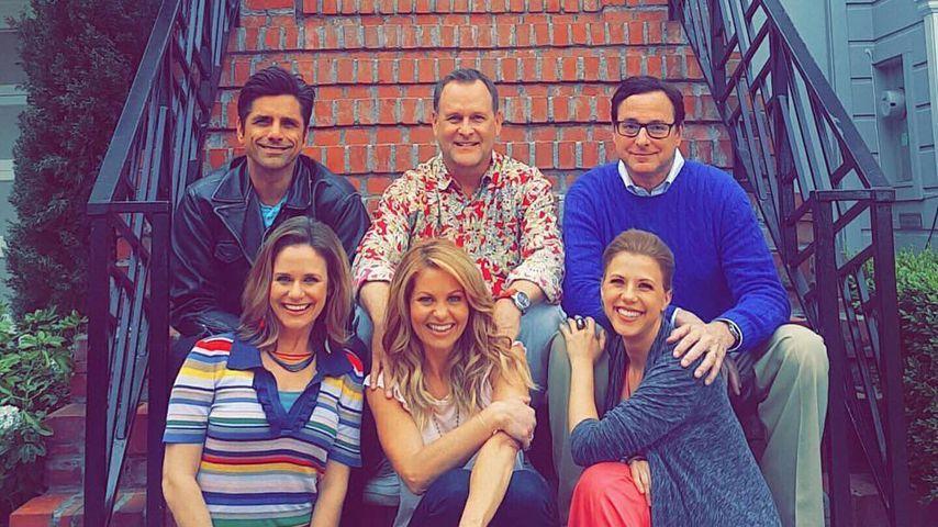 """Die Hauptdarsteller von """"Full House"""" vor dem Serienhaus in San Francisco im Dezember 2017"""