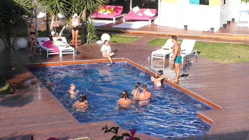 Die Islander am Pool an Tag 15
