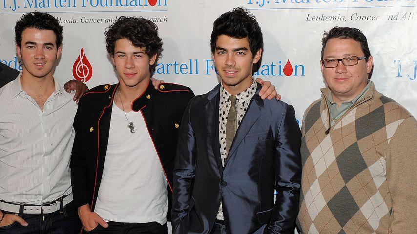 Die Jonas Brothers mit ihrem Vater Kevin (r.)