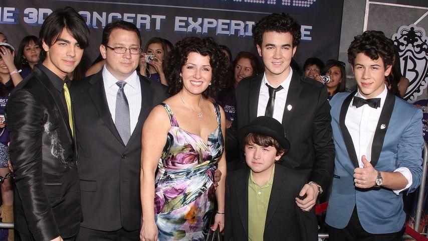 Die Jonas Brothers mit ihren Eltern und Bruder Frankie 2009 in Hollywood