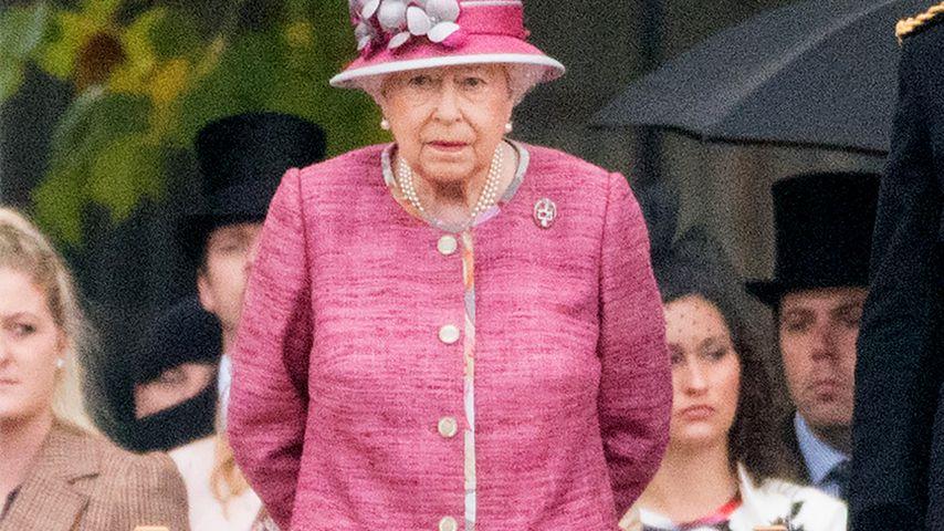 Die Queen bei einer Parade in London