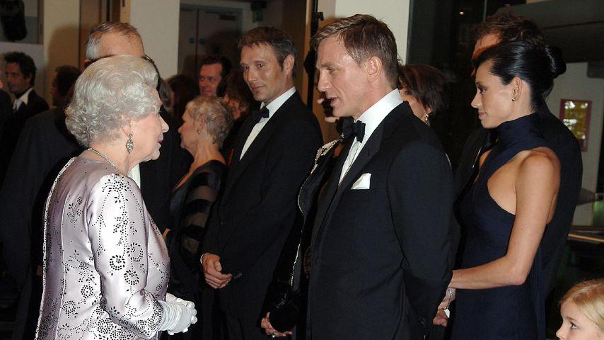Queen Elizabeth II. und Daniel Craig im November 2006