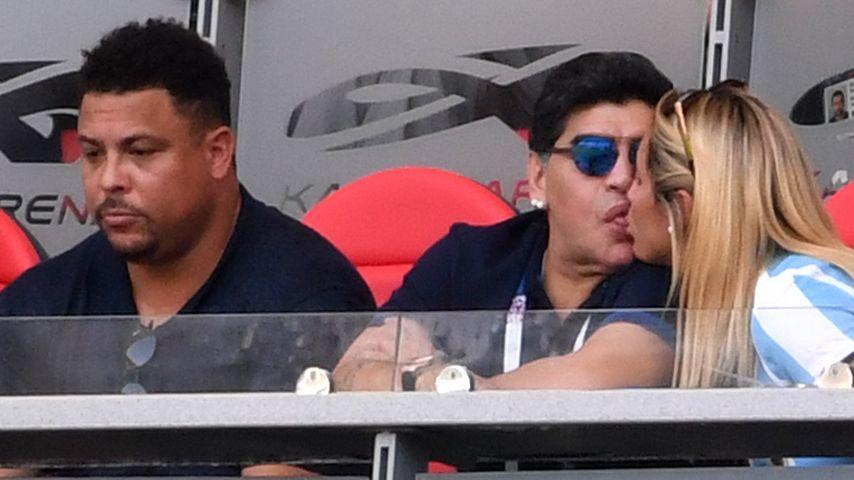 Fummel-Meister Diego Maradona: Superfeuchte Tribünen-Küsse