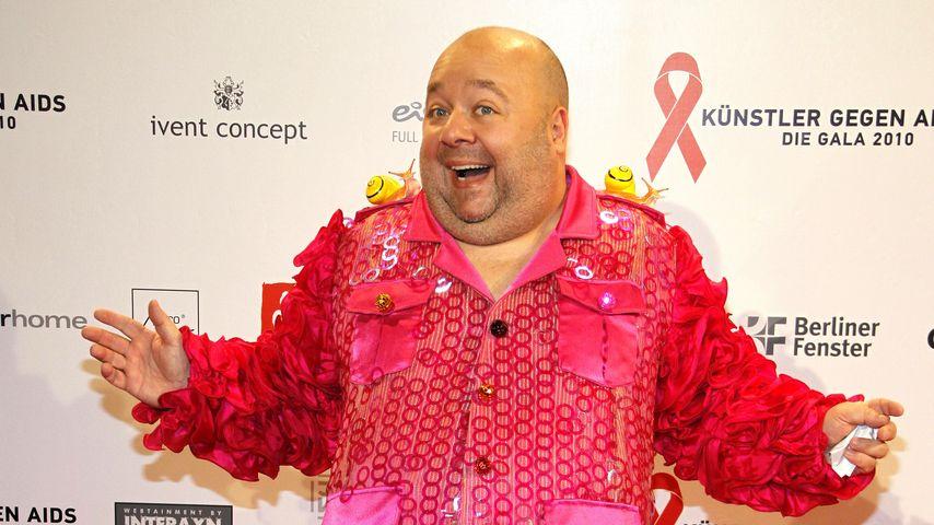 """Dirk Bach auf dem roten Teppich bei """"Künstler gegen AIDS"""" 2010"""
