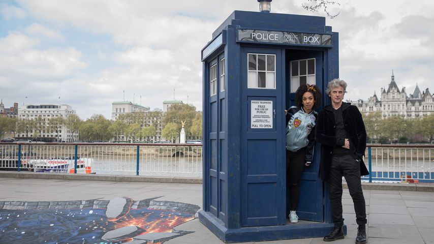 """""""Doctor Who""""-Star Peter Capaldi und eine Kollegin vor der Zeitreise-Box"""
