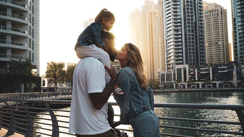 Dominic und Sarah Harrison mit ihren Töchtern in Dubai