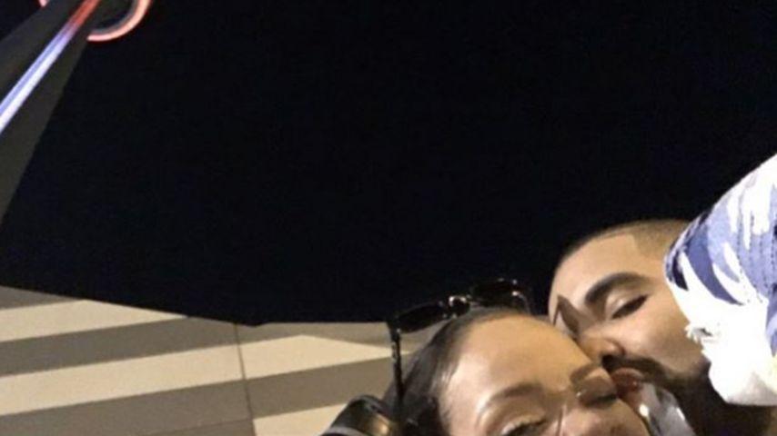Drake und Rihanna mit einem kleinen Plüschhai