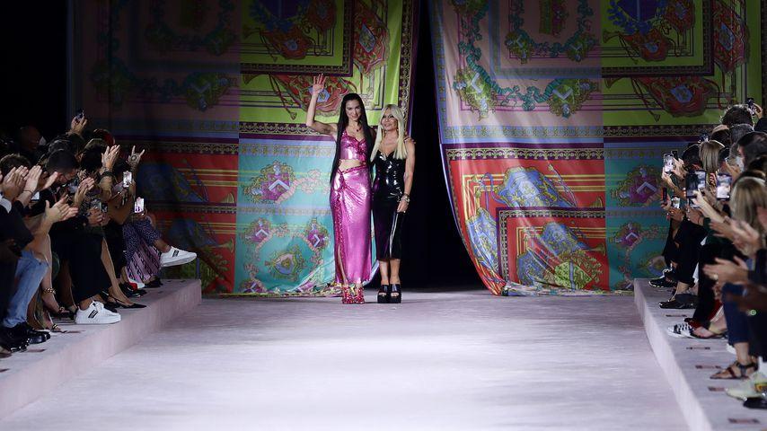 Dua Lipa und Donatella Versace bei der Fashion Show des Labels Versace