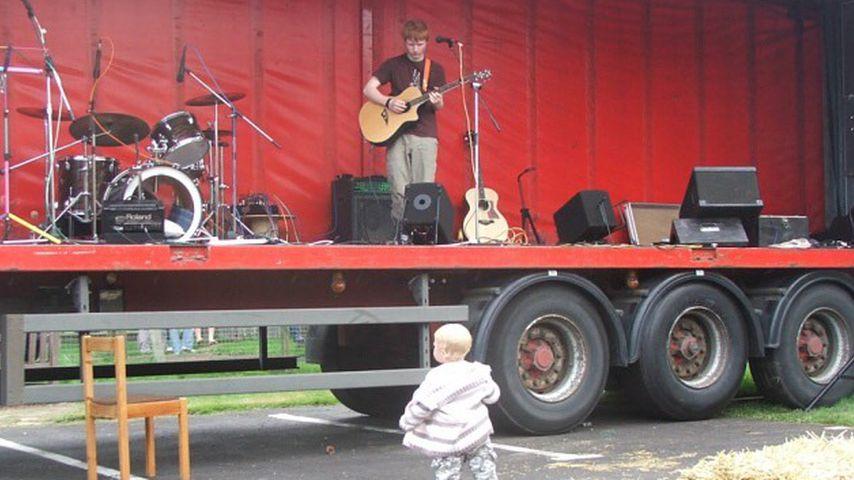 Auf Dorf-Festival: Hier performt der 15-jährige Ed Sheeran!
