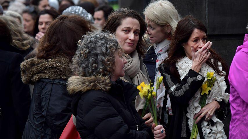 Dolores O'Riordans ehemalige Klassenkameradinnen bringen Blumen zu ihrer Trauerfeier
