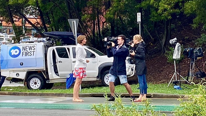Ein Kamerateam vor dem Gold Coast University Hospital