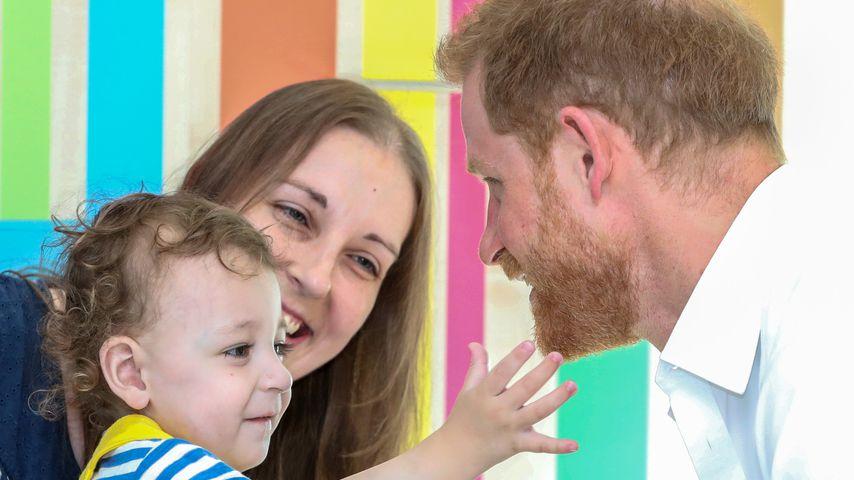 Prinz Harry mit einem kleinen Patienten im Kinderkrankenhaus von Sheffield