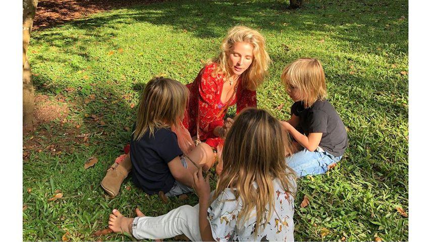 Elsa Pataky sitzt mit ihren Kindern India, Sasha und Tristan im Gras, Mai 2019
