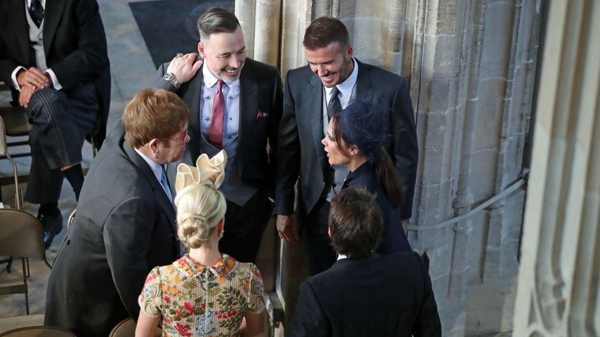 David & Vic Beckham (re.), Sir Elton John & David Furnish (li.), Sofia Wellesley & James Blunt (vo.)