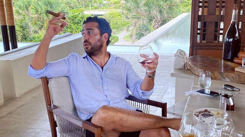 Mit Zigarre und Rum: Elyas M'Barek genießt eine Auszeit