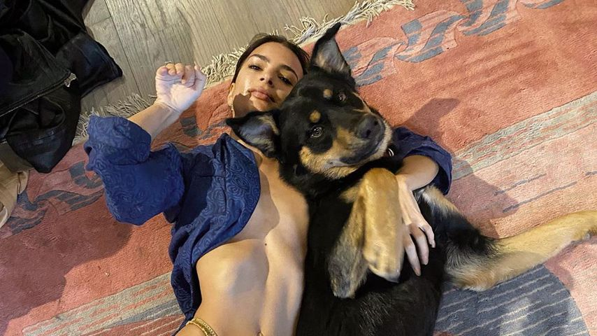 Hier kuschelt Emily Ratajkowski fast nackt mit ihrem Hund!