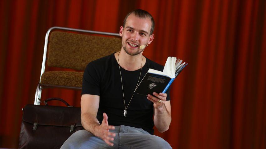 """Eric Stehfest bei einer Lesung aus seinem Buch """"9 Tage wach"""""""