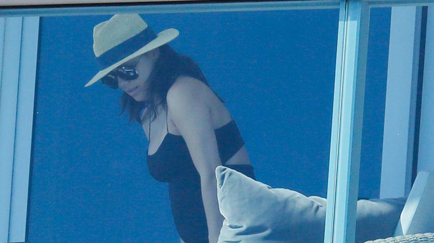 Eva Longoria mit Babykugel auf dem Balkon