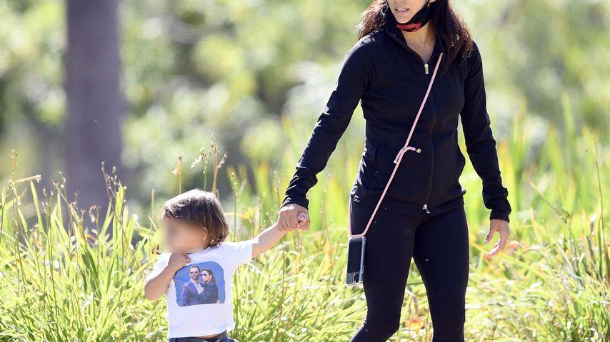 Eva Longoria mit ihrem Sohn Santiago im Park