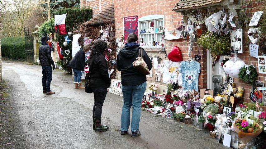 Fans trauern vor George Michaels Anwesen in Goring, Berkshire