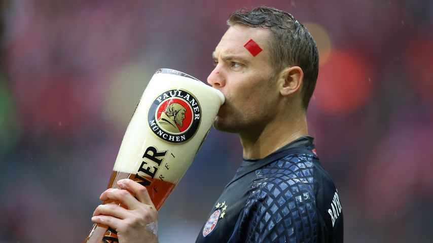 Prost, Manuel! Der FC Bayern holt sich die Meisterschale