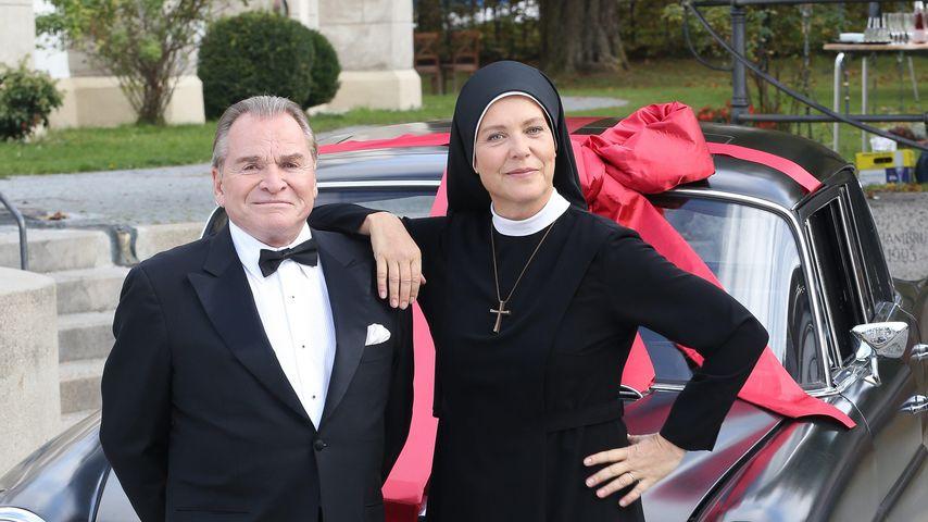 """Fritz Wepper und Janina Hartwig bei einem Fototermin für """"Um Himmels Willen"""""""