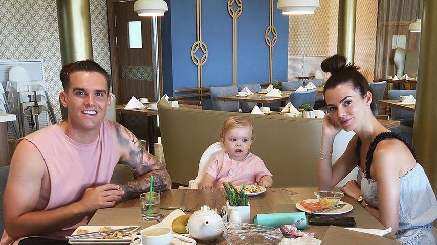 Gaz Beadle und Emma McVey mit ihrem Sohn