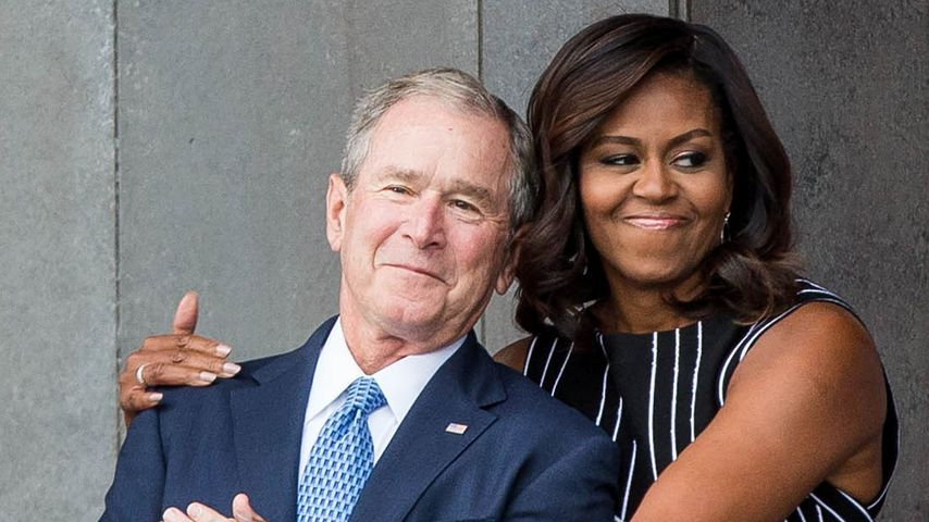 Das Internet lacht: Michelle Obama knuddelt George W. Bush!