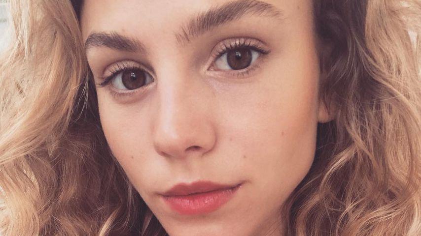 Übertrieben? GNTM-Girls feinden Simone für Magenschmerzen an