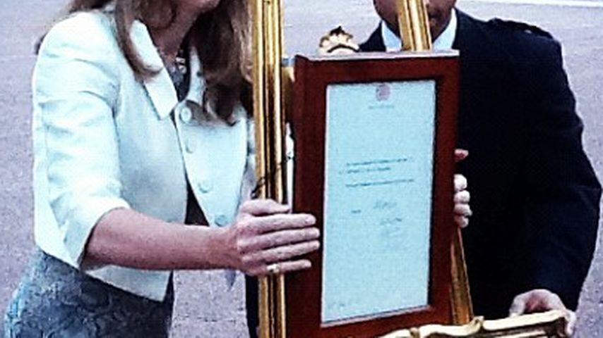 Erst jetzt! Goldene Tafel vor Buckingham Palace