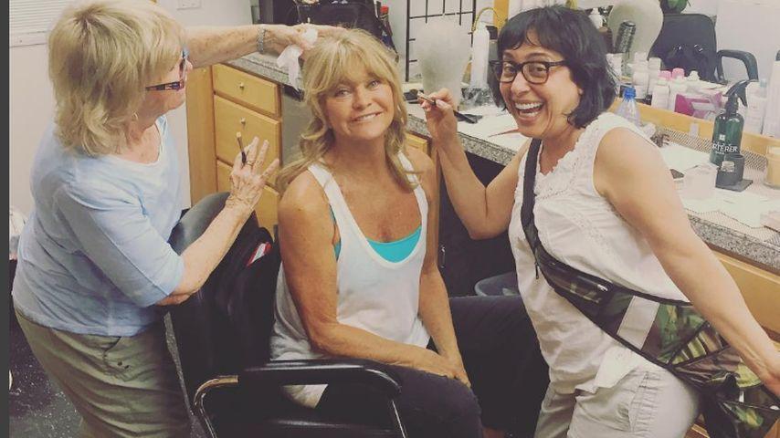 Schauspielerin Goldie Hawn (m.) und ihr Make-up-Team