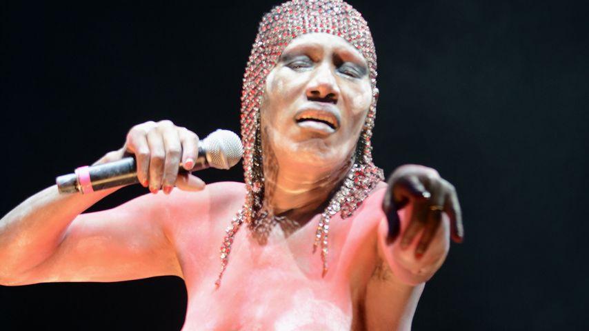 Hammer Frau! Grace Jones rockt fast nackt das Festival!