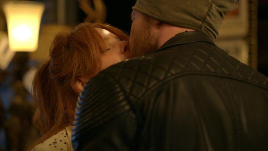 GZSZ-Kussszene mit Toni (Olivia Marei) und Erik (Patrick Heinrich)