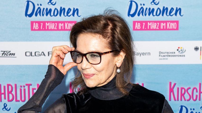 Mutig: Hannelore Elsner im Red-Carpet-Regencape!