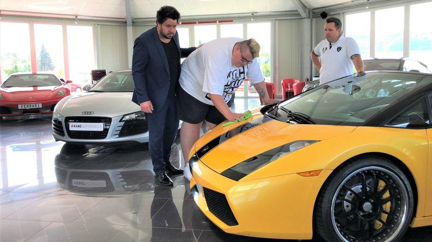Hans Entertainment bei seinem Praktikum bei einem Autohändler