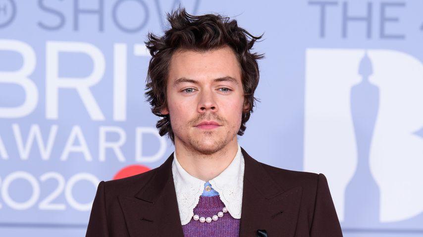 Harry Styles gedenkt Caroline Flack mit schwarzer Schleife
