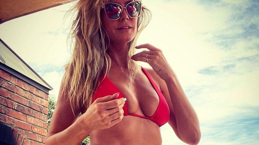 Heidi Klum zeigt ihre Bauchmuskeln im feuerroten Bikini!