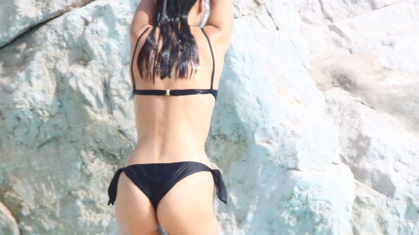 Hallöchen Popöchen! Bella Hadid bezaubert als sexy Pool-Nixe