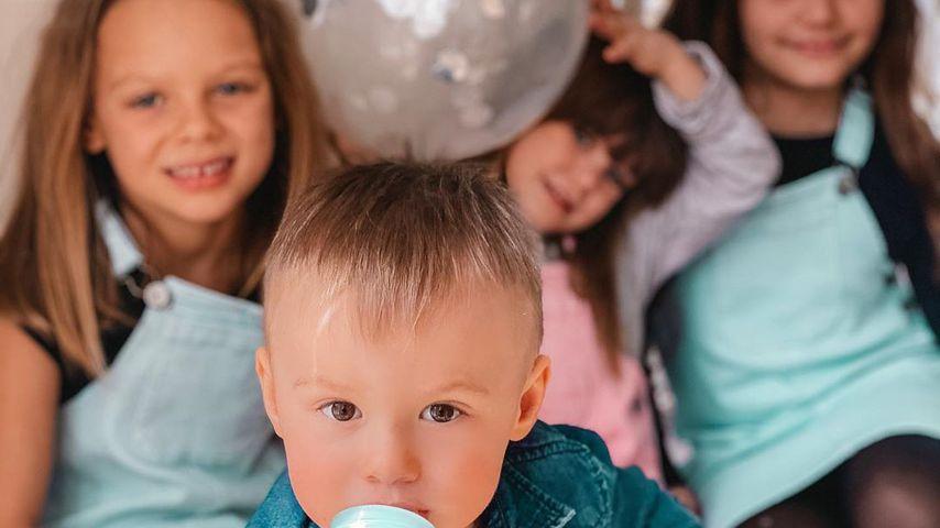 Henning Mertens Töchter Miley, Juna und Lea gemeinsam mit Denise Kappès' Sohn Ben