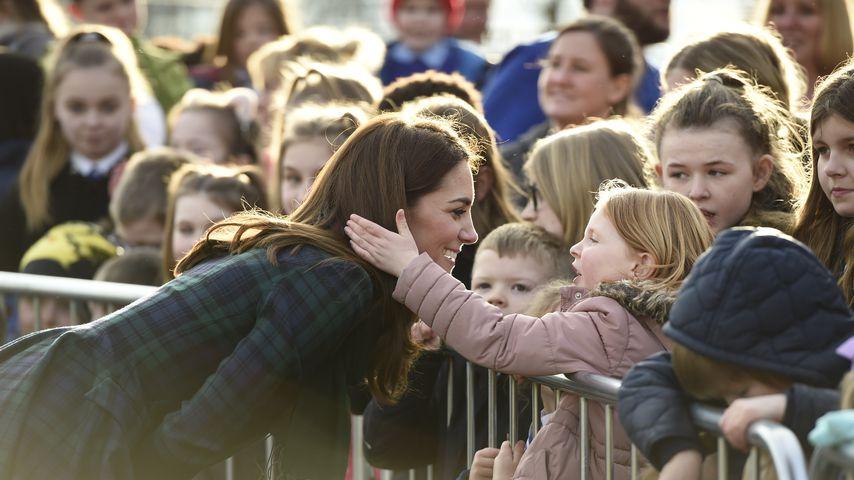Ganz volksnah: Royal-Fan darf Herzogin Kates Haare anfassen