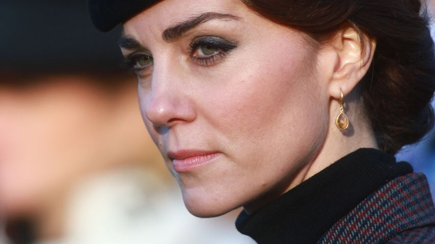Auftritt mit 34: Herzogin Kate im biederen Gedenk-Look