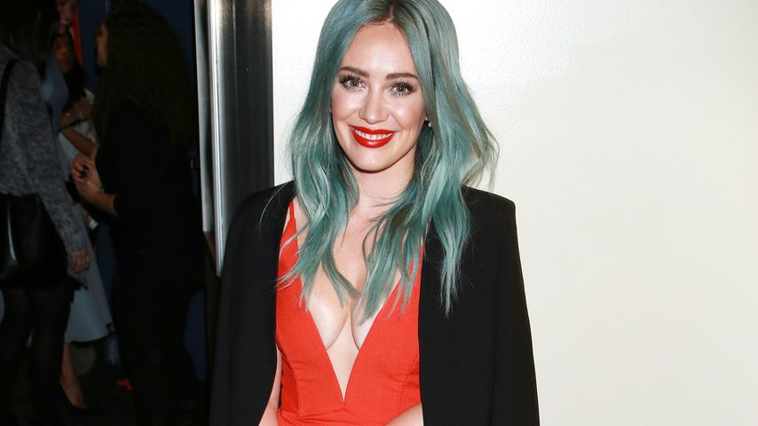 Heiß in Rot! Hilary Duff zeigt sexy Dekolleté bis zur Taille