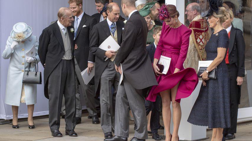 Nackte Beine neben Queen: Böe weht Herzogin Kates Kleid hoch