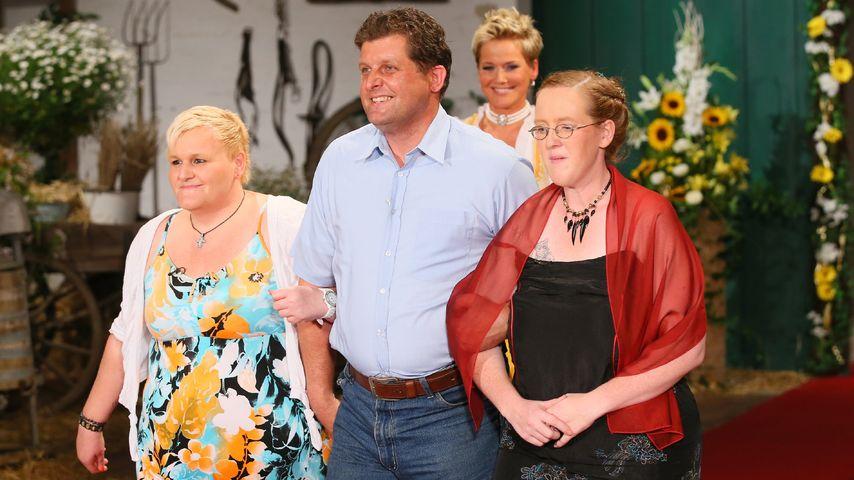 """Ralf aus Staffel 10 von """"Bauer sucht Frau"""" mit Ursula und Nicole"""