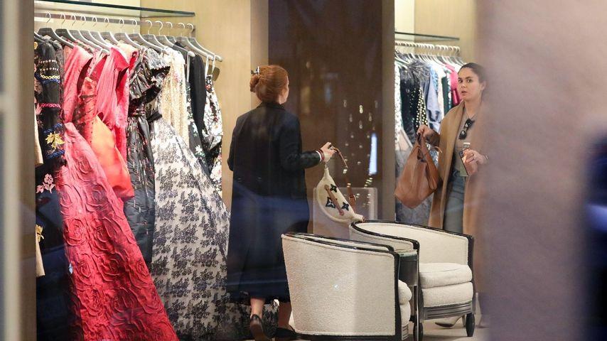 Isla Fisher in einem Brautmoden-Laden