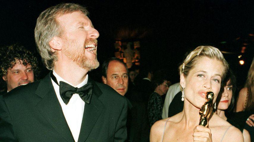"""James Cameron und seine damalige Ehefrau Linda Hamilton mit drei seiner """"Titanic""""-Oscars"""