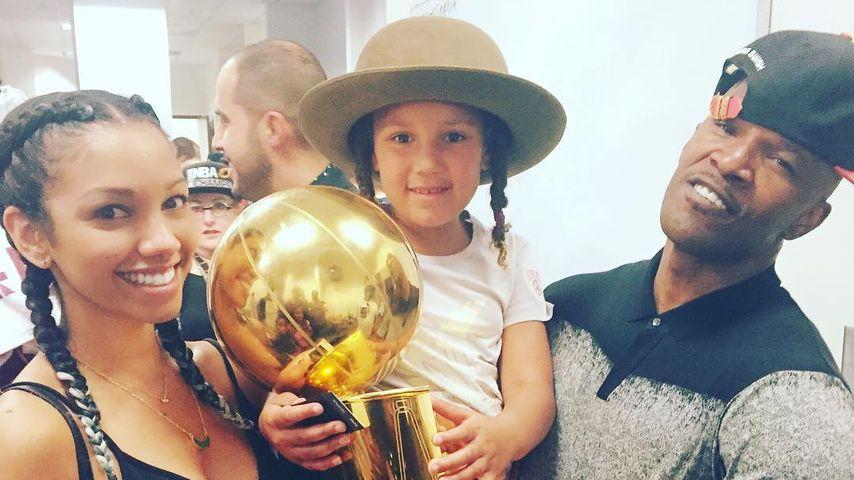 Jamie Foxx mit seinen Töchtern Corinne Fox (l.) sowie Annalise Bishop bei den NBA Finals 2016